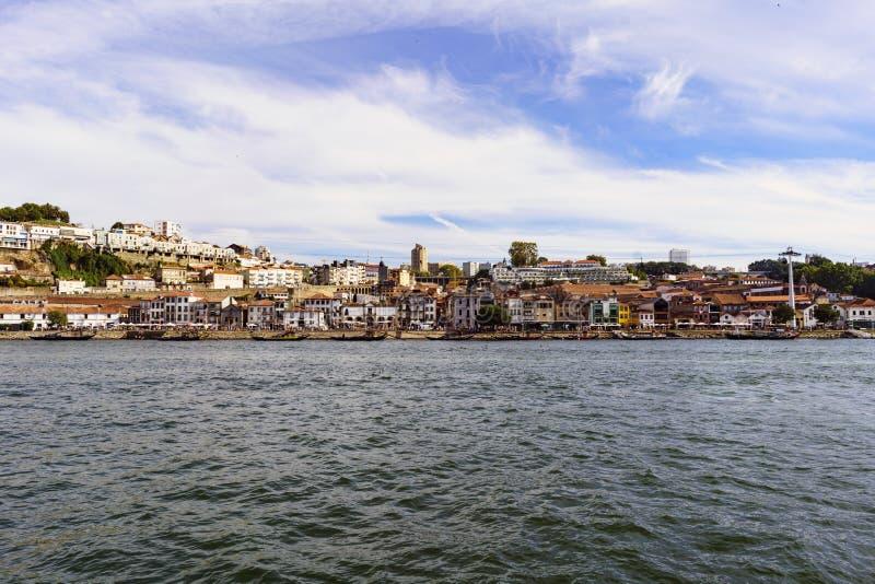 Porto, Portugal 12 de agosto de 2017: vista panorâmica do banco sul do estuário do rio de Douro com as fachadas do tha das adegas fotografia de stock