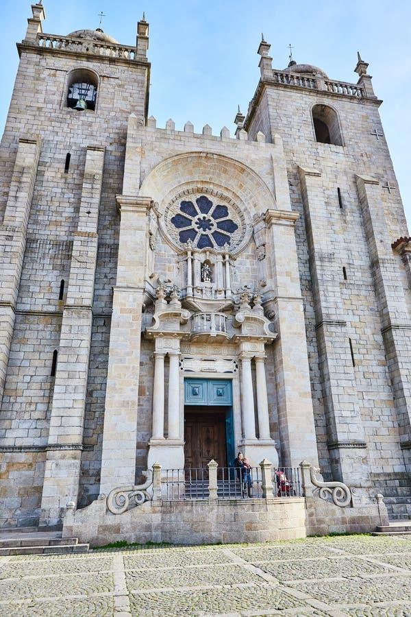 PORTO, PORTUGAL - 10 de dezembro de 2018: Opini?o da fachada da catedral de Porto, igreja de Roman Catholic, Portugal Constru??o  imagem de stock royalty free