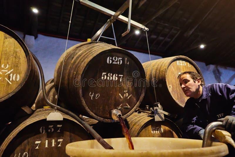 PORTO, PORTUGAL - 10 de dezembro de 2018: Tambores na adega de vinho do Taylor Os trabalhadores verificam a qualidade do portwine imagem de stock