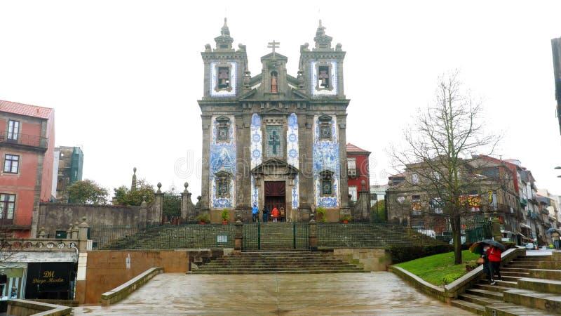 PORTO, PORTUGAL - 31 DE JANEIRO DE 2019: A igreja de Saint Ildefonso Igreja de Santo Ildefonso é uma igreja do século XVIII em Po imagem de stock