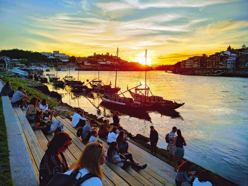 Porto, Portugal – 2 de maio de 2019: Povos que apreciam o por do sol na cidade popular antiga Porto foto de stock royalty free