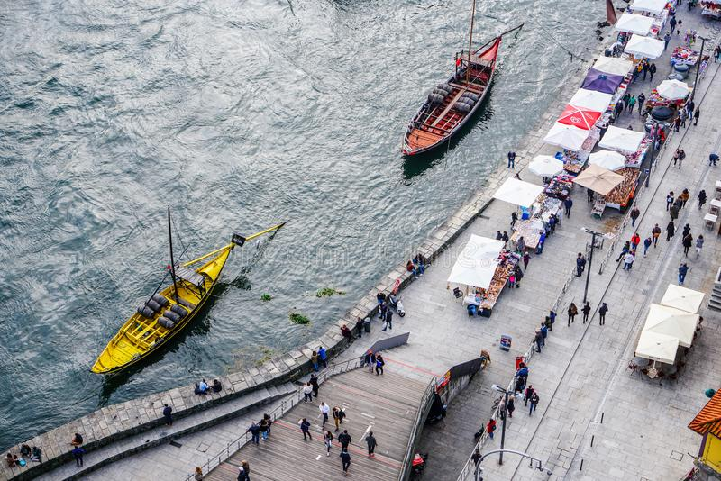 Porto, Portugal - December 2018: Bovenkantmening van Cais DA Ribeira, met Rabelo-boten en Kerstmismarkt stock foto's