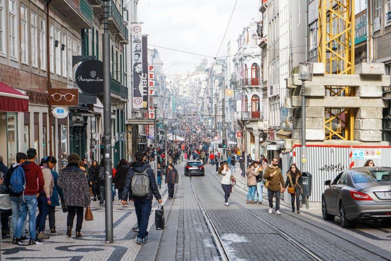 Porto Portugal - December 2018: Rua de Santa Catarina, gångare-endastgata som är full av folk som gör julshopping arkivbild
