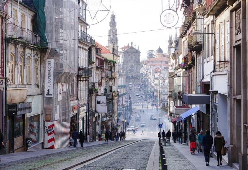 Porto Portugal - December 2018: Sikt av Rua de 31 de Janeiro, med den berömda Clerigos kyrkan i avståndet arkivbilder