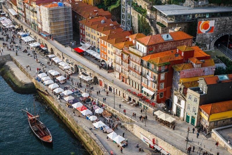 Porto Portugal - December 2018: Sikt från över av Cais da Ribeira, med det Rabelo fartyget och folk i julmarknaden fotografering för bildbyråer
