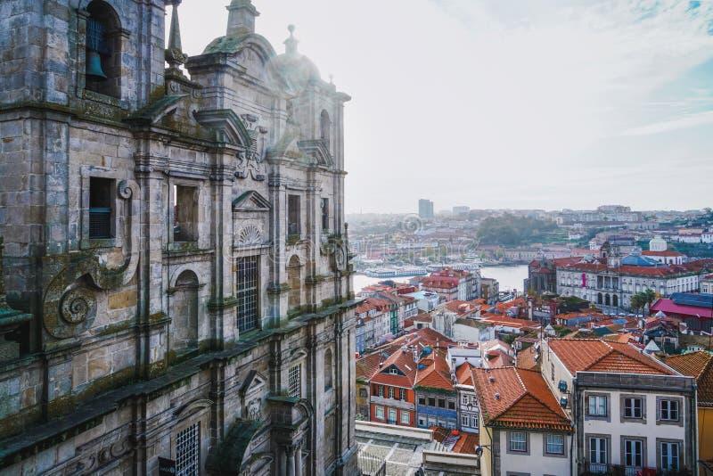 Porto Portugal - December 2018: Sikt från Miradouro da Rua das Aldas till i stadens centrum Porto och helgonet Lawrence Church arkivfoto