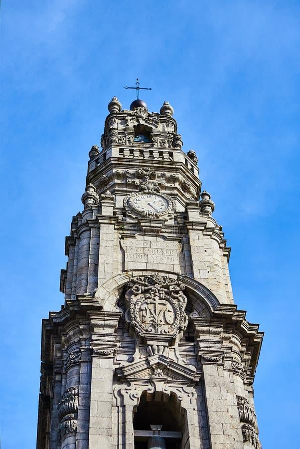 Porto, Portugal -10 dezembro de 2018: A torre de Bell do dos Clerigos de Torre da igreja de Clerigos no fundo do céu azul, é um f imagem de stock
