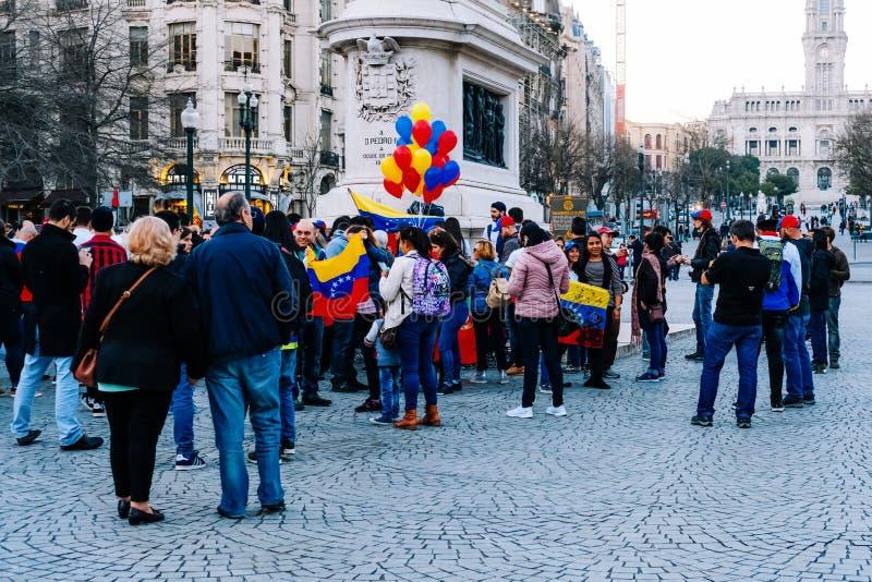 PORTO, PORTUGAL - 23. FEBRUAR 2019: Venezolanische Leute, die bei Aliados protestieren stockfotos