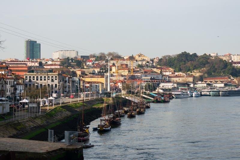 Porto Portugal - Februari 21 2019: Rad av fartyg på den Douro floden i Porto på solnedgången arkivfoton