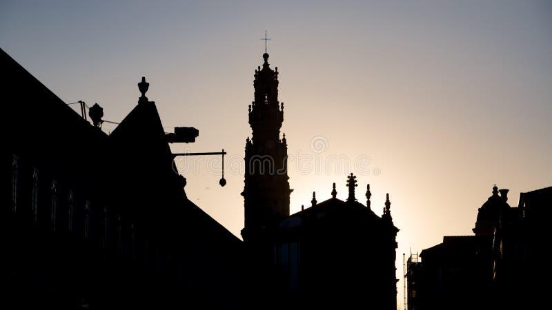 Porto, Portugal het silhouet van de stadshorizon bij schemer/zonsondergang royalty-vrije stock afbeeldingen