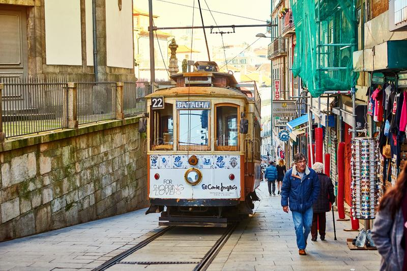 PORTO, PORTUGAL, 09, im Dezember 2018: Hölzerne historische Weinlesestraßentram, die durch Porto, Symbol der Stadt sich bewegt un stockfotos