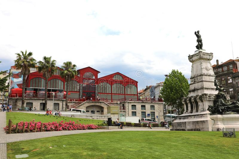 PORTO PORTUGAL - JUNI 21, 2018: InfanteDom Henrique staty och Ferreira Borges marknadsplats, Porto, Portugal arkivfoton