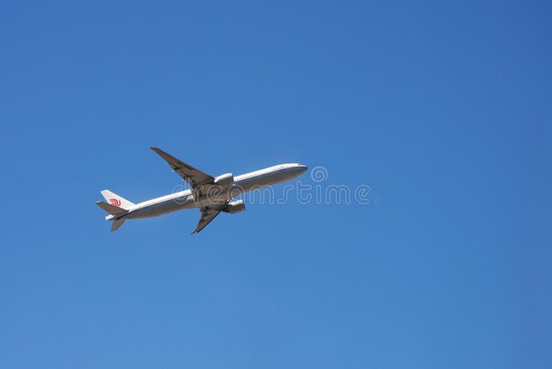 Porto, Portugal, Juni 2019 Wit passagierslijnvliegtuig van de Chinese luchtvaartlijn Air China tegen een blauwe hemel Reis door V stock afbeelding