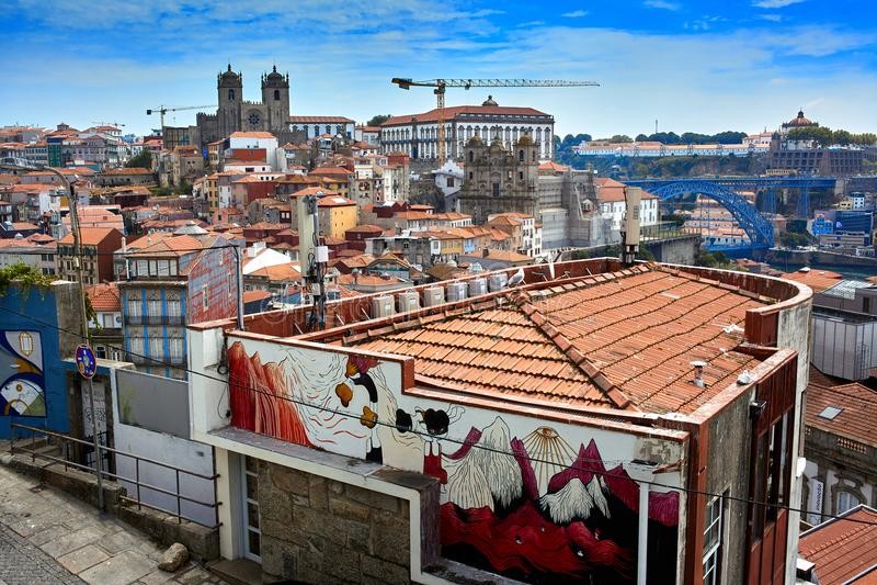 Porto/Portugal - 08 07 2017: Luchtmening van straten van Porto, Portugal stock foto's