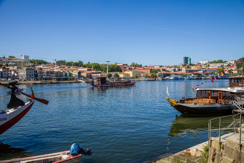 Porto, Portugal - 28. Mai 2019: Boote auf Duero-Fluss in Porto-Stadt, Portugal lizenzfreie stockbilder