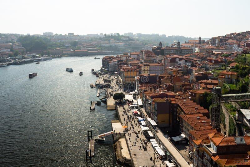 Porto, Portugal 8 mai 2018 Vue du haut des toits de la ville de Porto et de sa rivière Bateaux nombreux sur la rivière et photo libre de droits