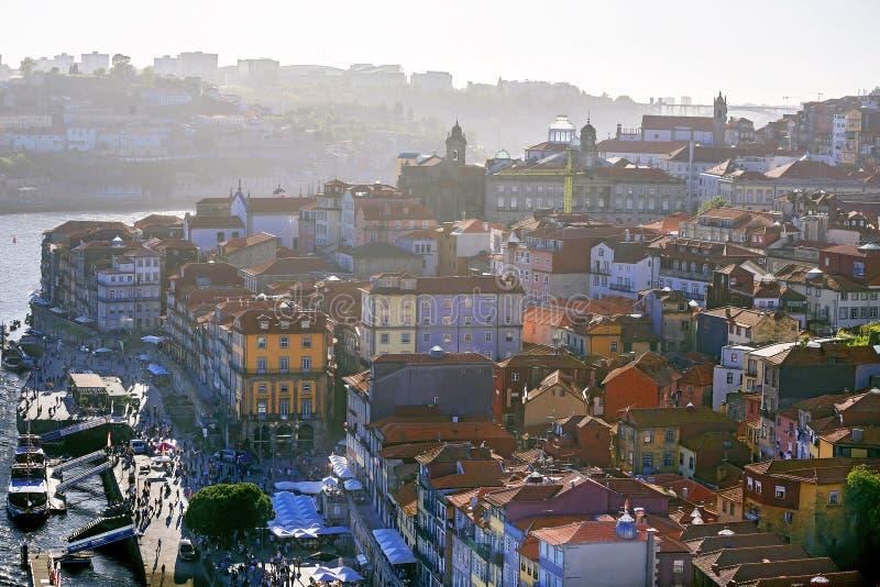 Porto, Portugal – Mei 1, 2019: Schilderachtig panorama van beroemde oude stad Porto met kleurrijke huizen en Douro-rivier stock afbeelding