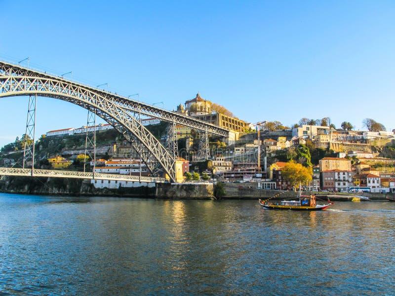 Porto/Portugal - November 27 2010: Panorama van de de stad, de metaaldom luis-brug over Douro-rivier en Boot van toeristenrabelo stock foto's