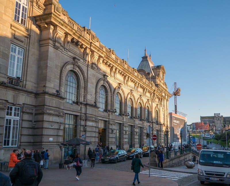Porto, Portugal - o exterior do Sao Bento Train Station, famoso para seu azulejo bonito telhou paredes fotos de stock