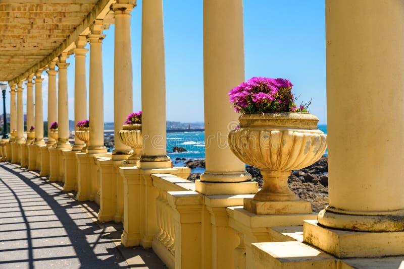 Porto, Portugal opinião bonita do mar na cidade de Porto da colunata com flores imagens de stock royalty free