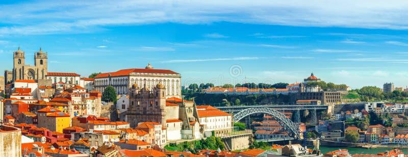 porto portugal Panoramautsikt av centret av Porto, Portugal med Dom Luis som jag överbryggar över den Douro floden royaltyfri bild