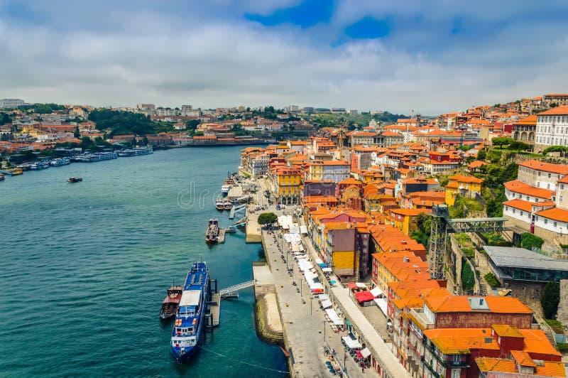 Porto, Portugal: Promenade in Cais DE Ribeira langs Duoro-rivier in Porto oude stad royalty-vrije stock afbeeldingen