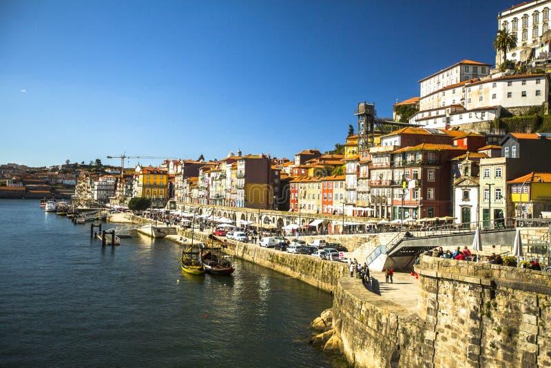 PORTO, PORTUGAL - Ribeira, barcos tradicionais no rio de Douro na cidade velha fotografia de stock royalty free