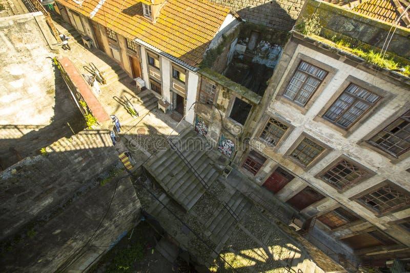 PORTO, PORTUGAL - a vista superior uma das ruas é a cidade velha em Porto fotos de stock royalty free