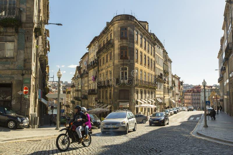 PORTO, PORTUGAL - a vista uma das ruas é a cidade velha em Porto foto de stock royalty free
