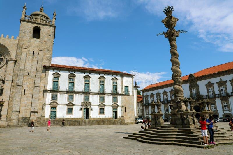 PORTO PORTUGALIA, CZERWIEC, - 20, 2018: Ludzie odpoczywa blisko pręgierza Pelourinho kolumny na Porto katedry Se robią Porto kwad fotografia royalty free
