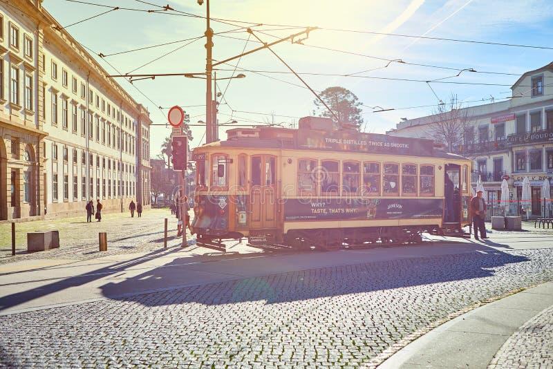 PORTO, PORTUGALIA, 09, Grudzień, 2018: Drewnianego dziejowego rocznika uliczny tramwajowy chodzenie przez Porto, symbol miasto in zdjęcie stock