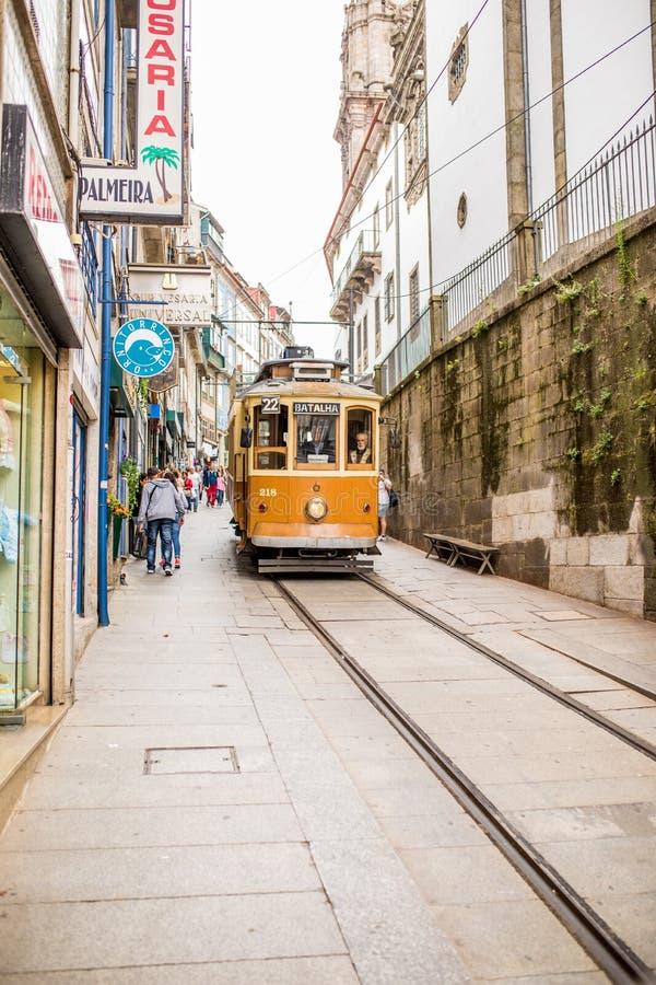 Porto, Portugalia - 08 2017 Lipiec Dziejowego miasta uliczny tramwaj w dnia świetle Porto, Portugalia zdjęcia stock