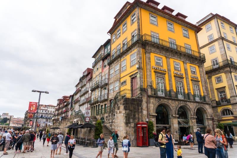 Porto Portugalia, Lipiec, -, 2017 Piękni tradycyjni uroczy domy w starym, roczniku i turystycznym Ribeira okręgu Porto, Pora fotografia stock