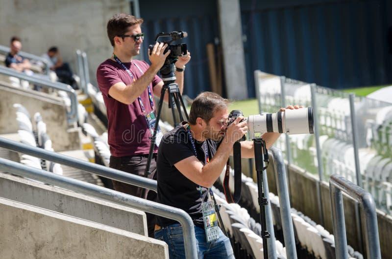 PORTO, PORTUGLAL - 9 juin 2019 : Le cameraman avec la caméra et les journalistes travaillant chez Estadio font Bessa XXI avant le image libre de droits