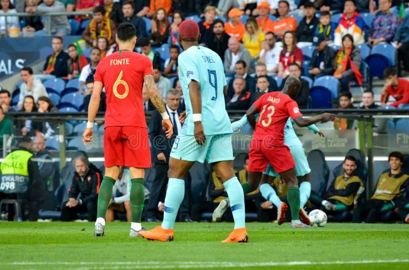 PORTO PORTUGLAL - Juni 09, 2019: Jose Fonte och Ryan Babel under matchen för finaler för UEFA-nationliga mellan landslaget arkivfoton