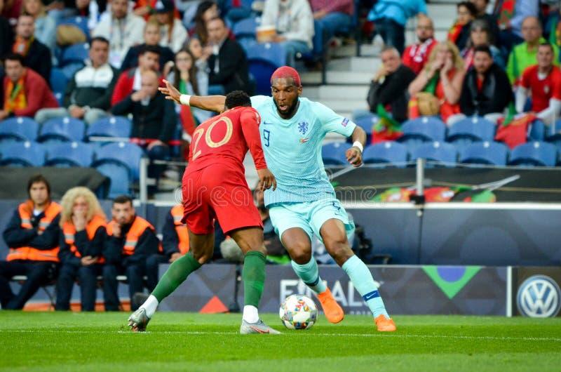 PORTO PORTUGLAL - Juni 09, 2019: Ryan Babel och Nelson Semedo under matchen för finaler för UEFA-nationliga mellan landslaget arkivfoton