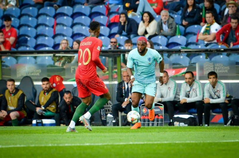 PORTO PORTUGLAL - Juni 09, 2019: Ryan Babel och Nelson Semedo under matchen för finaler för UEFA-nationliga mellan landslaget arkivfoto