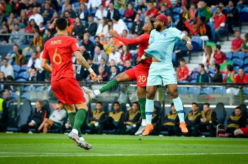 PORTO PORTUGLAL - Juni 09, 2019: Ryan Babel (R) och Nelson Semedo under matchen för finaler för UEFA-nationliga mellan medborgare royaltyfri fotografi