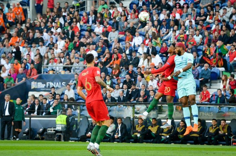 PORTO PORTUGLAL - Juni 09, 2019: Ryan Babel (R) och Nelson Semedo under matchen för finaler för UEFA-nationliga mellan medborgare royaltyfria bilder