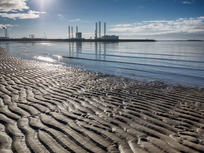 Porto a pouca distância do mar do óleo de Esbjerg na silhueta em um dia ensolarado em Dinamarca imagens de stock royalty free