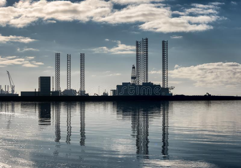 Porto a pouca distância do mar do óleo de Esbjerg na silhueta em um dia fresco ensolarado, Dinamarca foto de stock