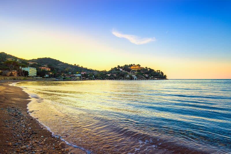 Porto Santo Stefano, Landspitze und Bucht setzen in Argentario, Tusca auf den Strand stockfoto
