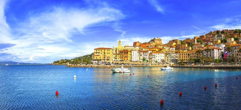 Porto Santo Stefano strandboulevard en dorpshorizon Argentario, Turkije stock afbeelding
