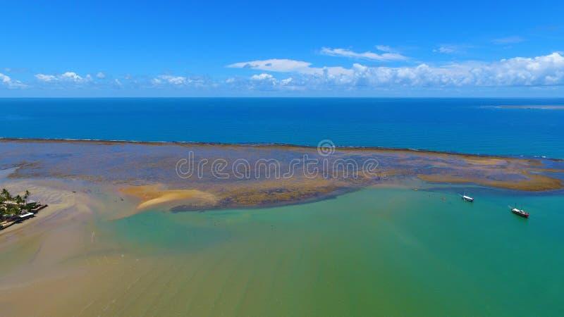 Porto Seguro, Bahia, Brazilië: Weergeven van mooi strand met sommige boten stock afbeelding