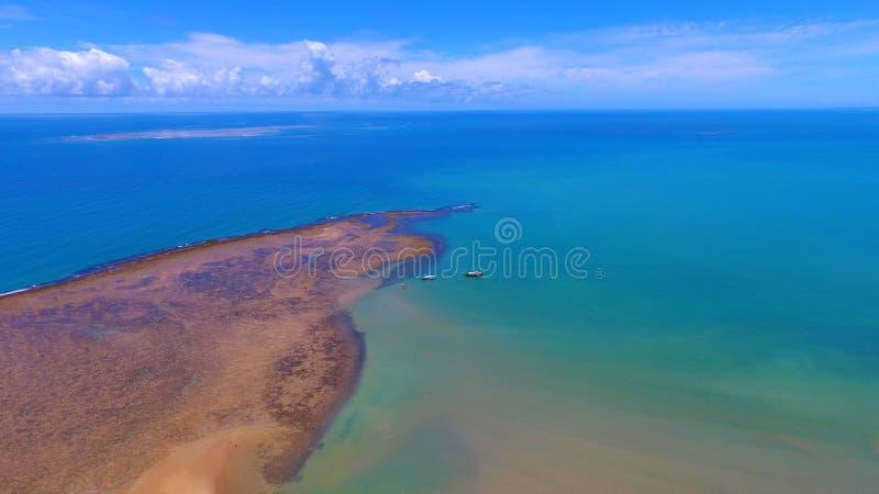 Porto Seguro, Bahia, Brazilië: Weergeven van mooi strand met sommige boten royalty-vrije stock fotografie