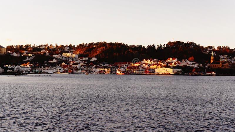 Porto situato nella piccola città norvegese fotografia stock