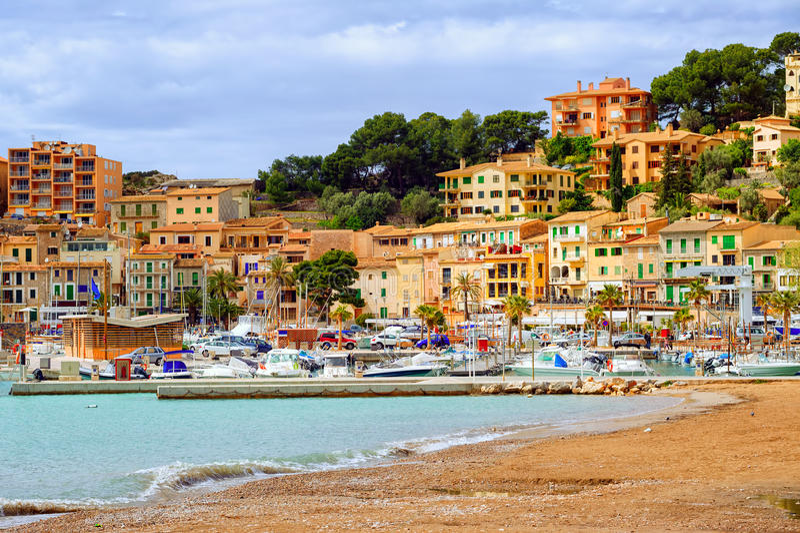 Porto Soller da estância turística, mar Mediterrâneo, Mallorca, Espanha imagem de stock