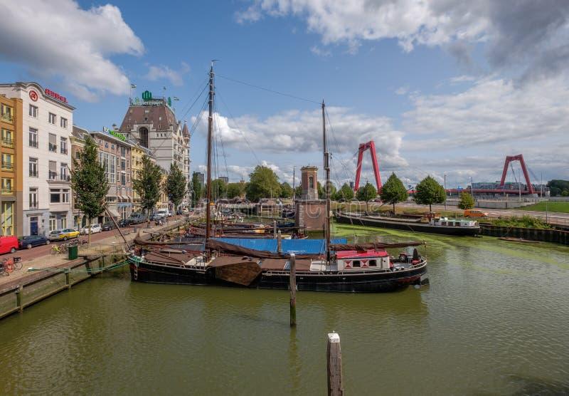Porto storico di Oude con le vecchie navi nel centro urbano di Rotterdam immagine stock