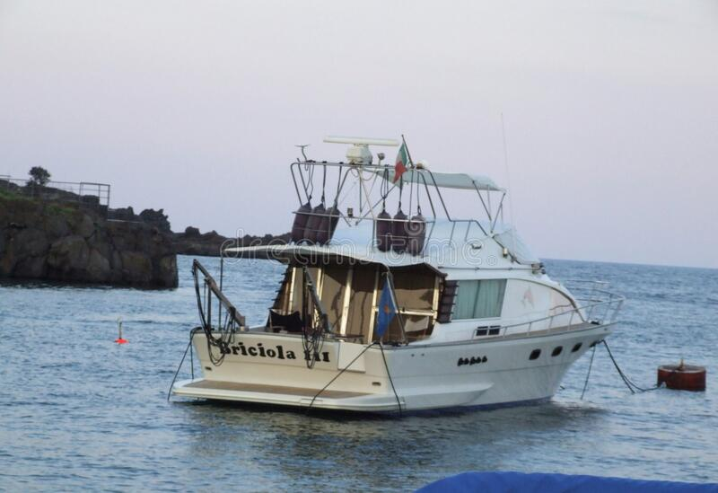 Porto Ulisse Ognina Catania Sicilia-Italy - terras comuns criativas pelo gnuckx imagens de stock