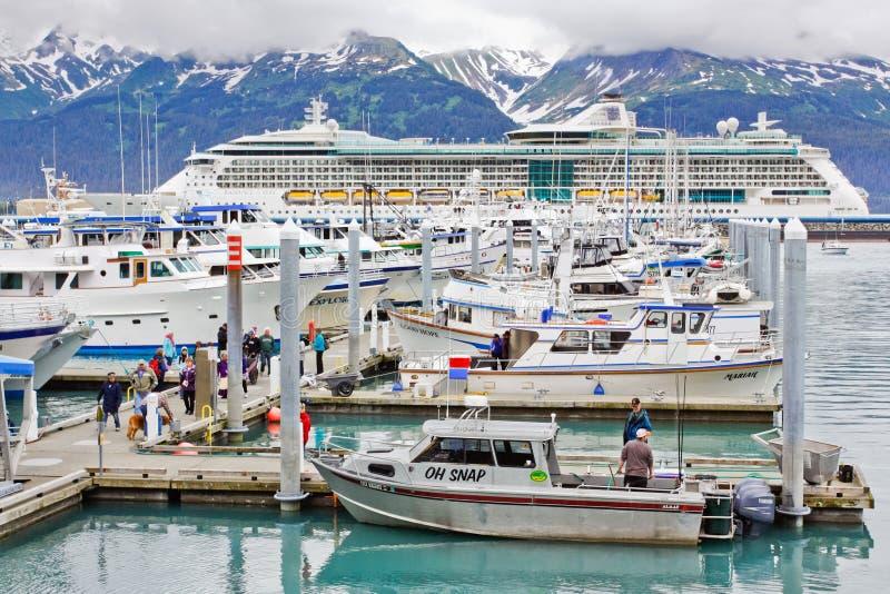 Porto variopinto della piccola barca dell'Alaska Seward immagini stock libere da diritti